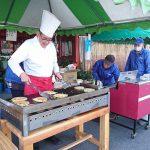 12月21日(土)は西脇市卸売市場の市場解放デーに協賛イベントを行いました。出荷者が、お好み焼きと焼き芋を販売しました。